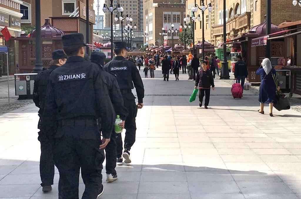 新疆ウイグル自治区ウルムチのモスク周辺で警戒に当たる治安要員ら