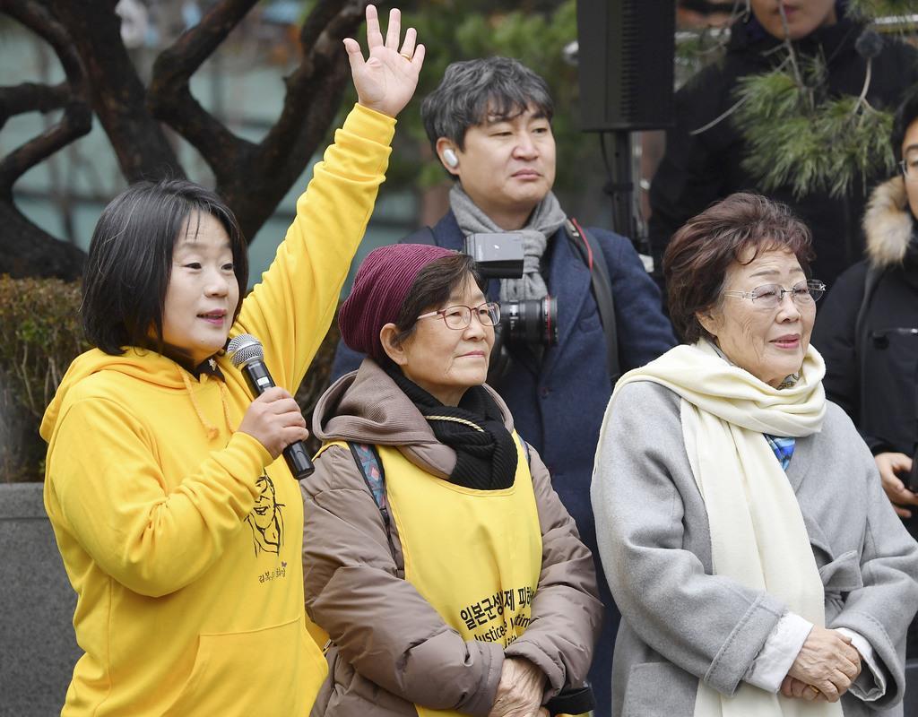 「日本軍性奴隷制問題解決のための正義記憶連帯」の尹美香前代表(手前左)と元慰安婦の李容洙さん(手前右)。李さんはその後、尹氏を告発した=1月、ソウル(共同)