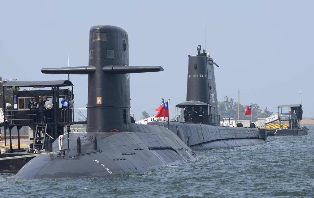 台湾の南部・高雄市の左営海軍基地に停泊するズバールトフィス級(手前)とガピー級の潜水艦=2017年3月(田中靖人撮影)