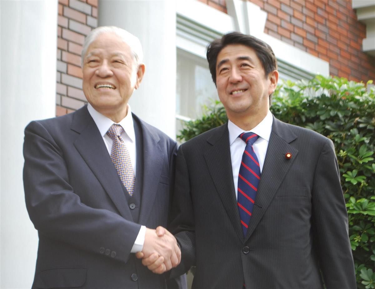 台北郊外の自宅を訪ねてきた安倍晋三氏(右)と玄関前で握手する台湾元総統の李登輝氏=2010年10月31日(李登輝基金会提供)