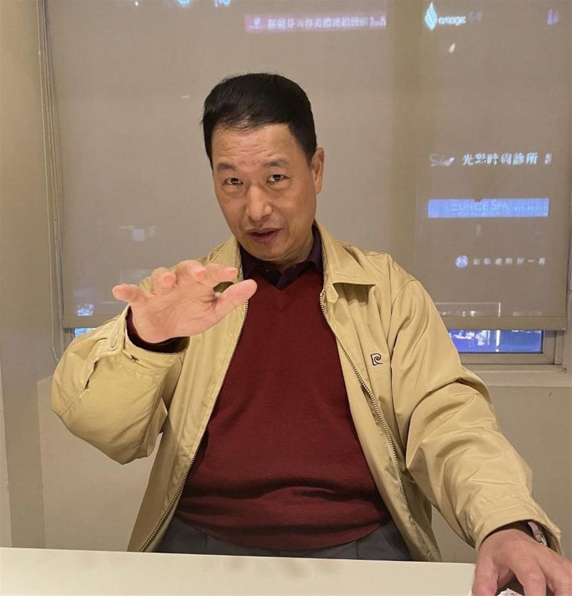 台北市内でインタビューに応じる張氏
