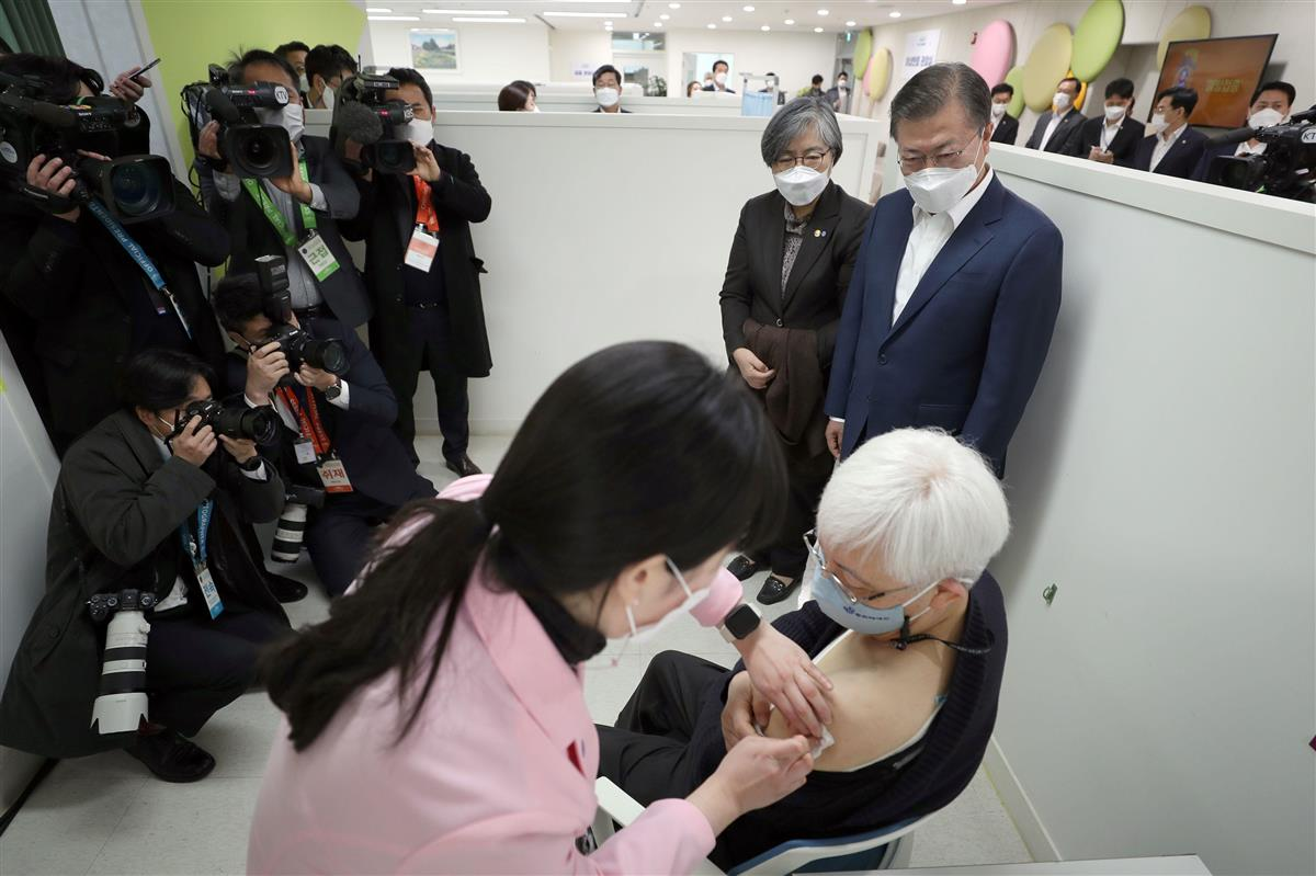 「K防疫」成功に酔って出遅れ 韓国ワクチン接種