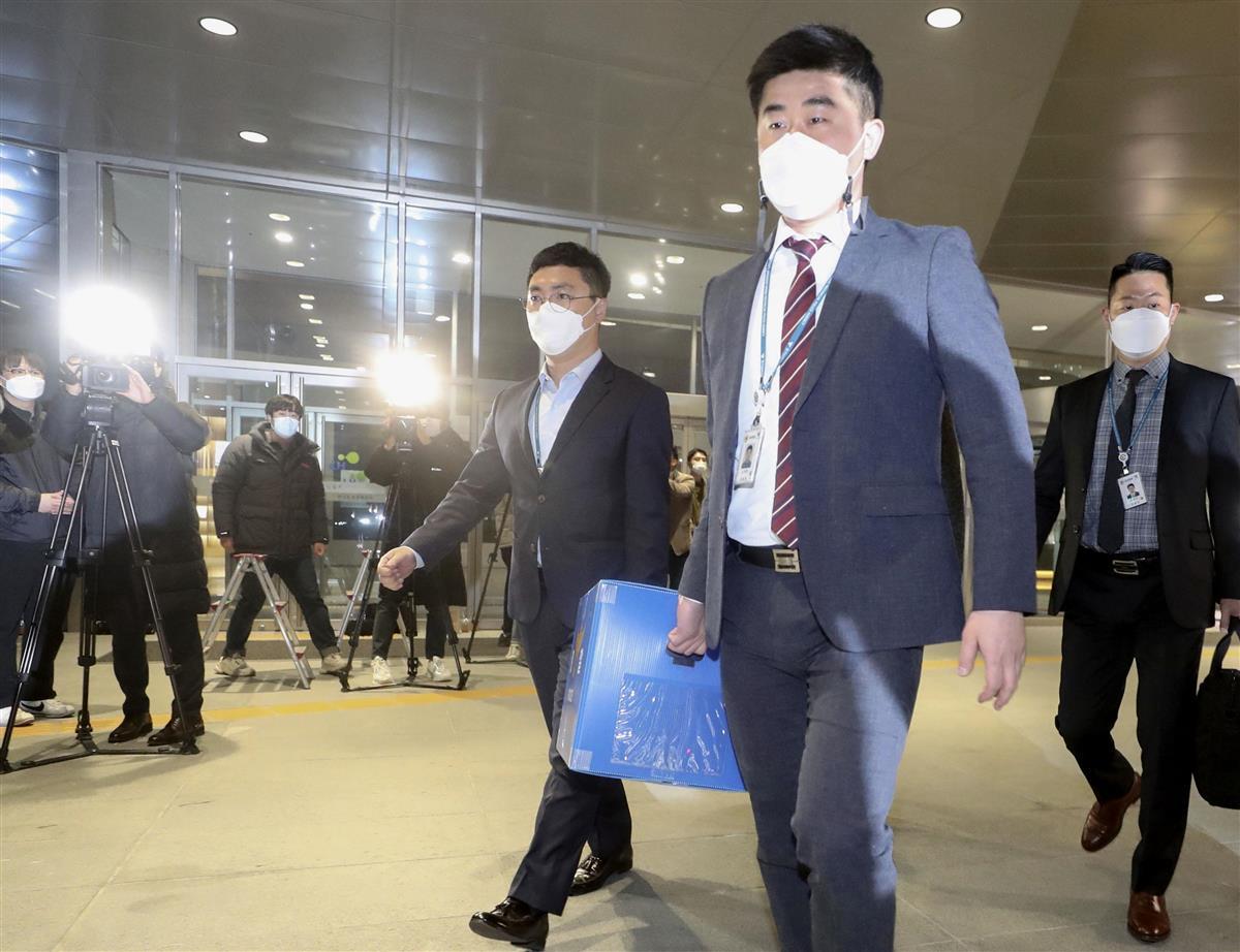 韓国土地住宅公社の職員が違法に土地を購入した事件で同公社を家宅捜索する警察=9日、韓国・晋州(聯合=共同)