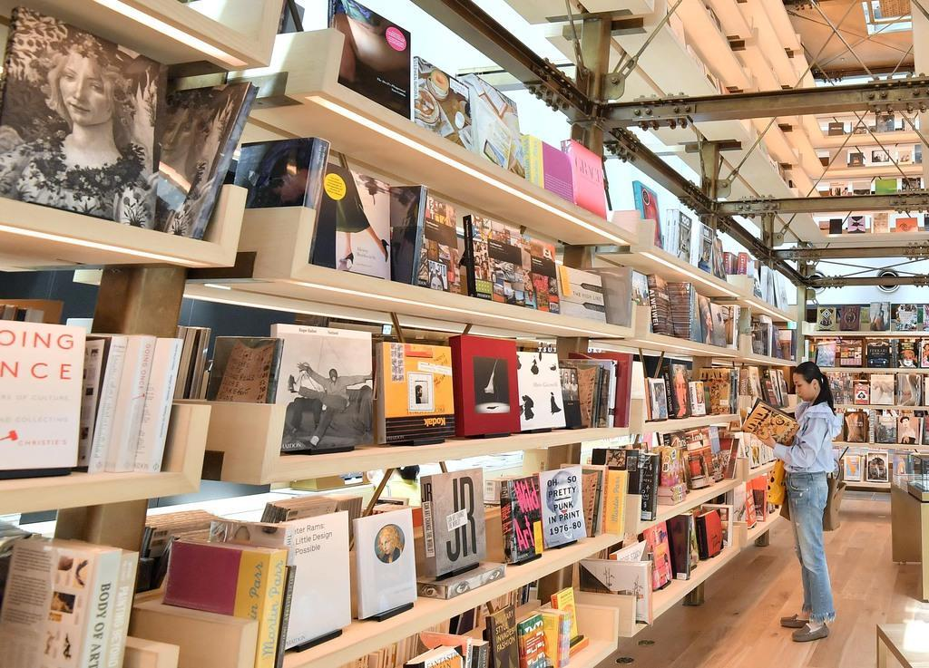 アマゾン、書籍「買い切り」導入へ 出版社と書店の関係激変も