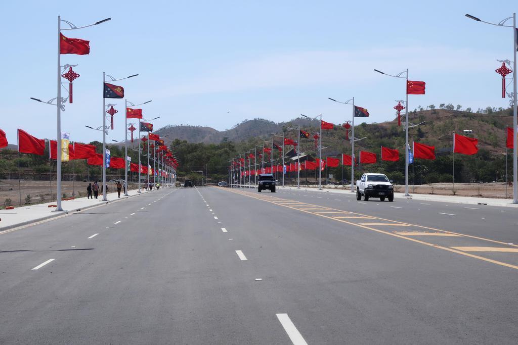 中国が建設を請け負い開通式が開かれた、パプアニューギニア・ポートモレスビーの幹線道路=16日(共同)