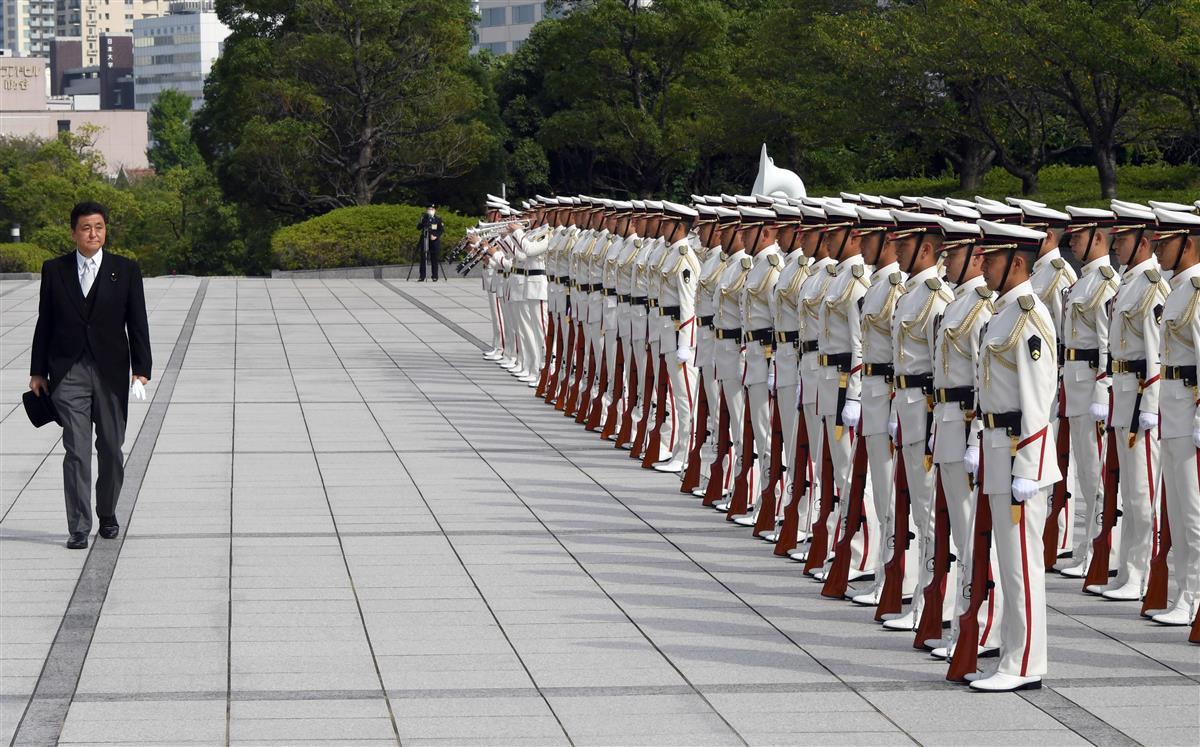 栄誉礼を受けた後、巡閲する岸信夫防衛相=17日午後、防衛省(酒巻俊介撮影)