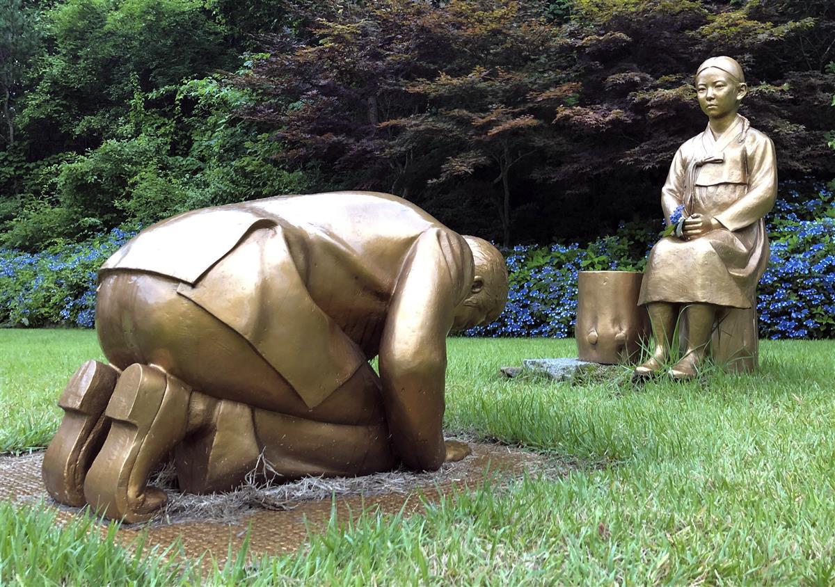 韓国・平昌にある「韓国自生植物園」に設置された慰安婦像(奥)と安倍晋三首相を模した像(聯合=共同)