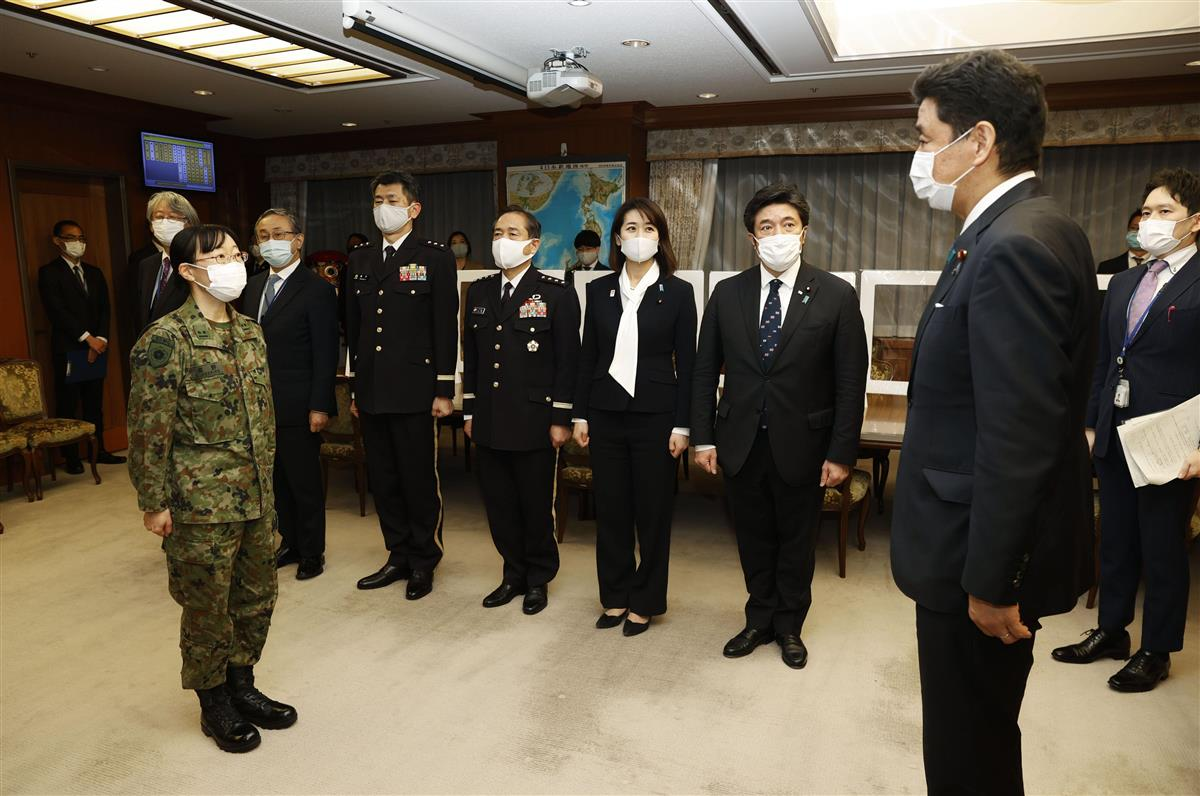 新型コロナウイルスにより医療体制が逼迫した大阪府に派遣が決まり、岸防衛相(右)と面会する自衛隊看護師=11日午後、防衛省