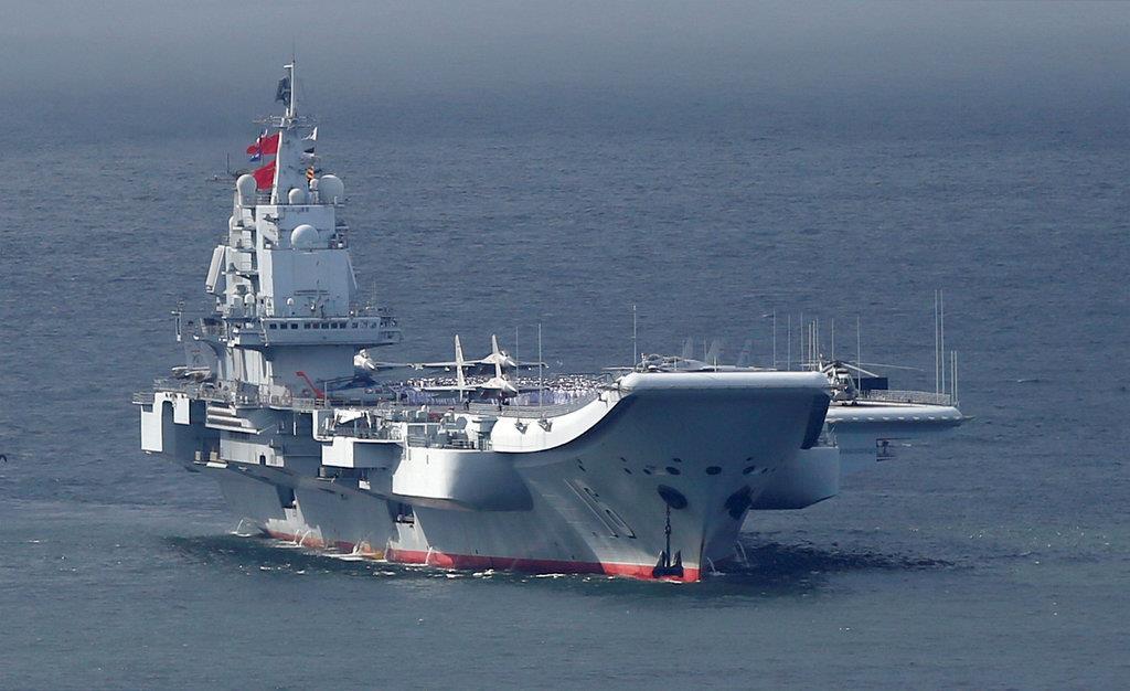 香港に寄港する中国海軍の空母「遼寧」=2017年7月(ロイター)