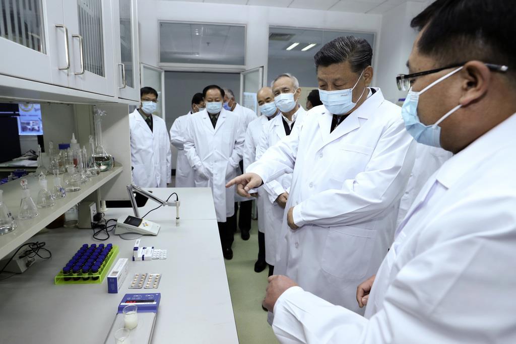 新型コロナウイルス感染者の拡大を受け、医療研究機関を視察した中国の習近平国家主席(右から2人目)=3月2日、北京(AP)
